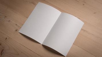 weißes leeres gefaltetes Papier auf Holztisch