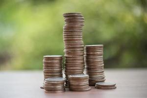 ein Stapel Münzen in grüner Natur
