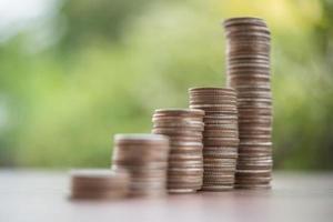 ein Stapel Münzen in grüner Natur foto
