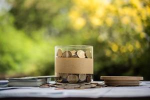 Geld in einem Glas in der Natur, Investitionskonzept