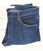 Jeans auf Holztisch