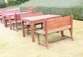 Stühle und Tische draußen foto