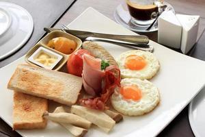 Frühstück auf einem Teller mit Espresso