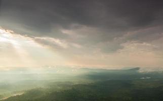 Sonnenlicht scheint durch die Wolken