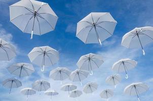 Regenschirme am Himmel
