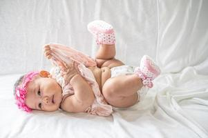 Porträt eines Babys auf dem Rücken liegend
