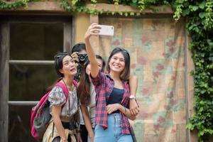 Gruppe von Freunden, die ein Selfie in einer städtischen Straße machen, die Spaß zusammen haben