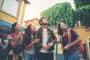 Gruppe von Freunden treffen sich in der Innenstadt foto