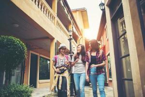 Gruppe von glücklichen jungen Freunden, die Spaß haben, in einer städtischen Straße zu gehen