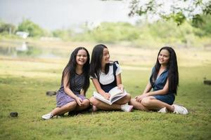 junge Studentinnen bereiten sich auf eine Prüfung im Park vor