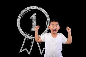 Junge zeigt Nummer 1 auf einer Tafel