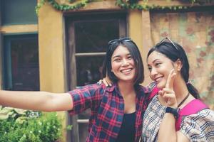 Bild von zwei jungen glücklichen Freundinnen, die in einer Stadt stehen foto