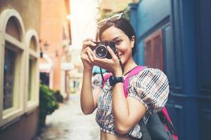 Nahaufnahme einer jungen Hipsterfrau, die reist und Fotos mit ihrer Kamera macht