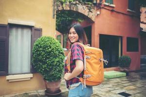 junge asiatische Frau, die um ein Stadtgebiet herumwandert