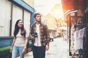 glückliches Paar, das in einem städtischen Gebiet geht