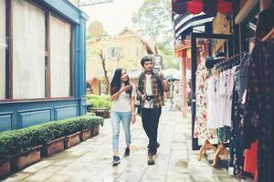 glückliches Paar, das in einem städtischen Gebiet geht foto