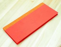 rotes Notizbuch auf Holz foto