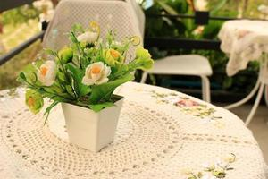 Blumen auf einem Tisch foto