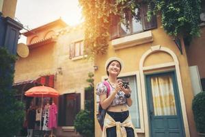 junge Hipsterfrau, die ein Foto im städtischen Umfeld genießt