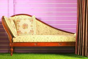 geöffneter Vorhang und Vintage-Sofa