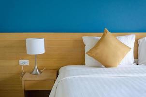 Hotelbett und Beistelltisch