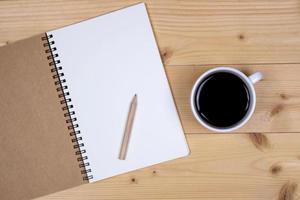 Draufsicht auf ein Notizbuch und Kaffee auf einem Tisch foto