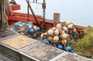 Fischernetze und Schwimmer foto