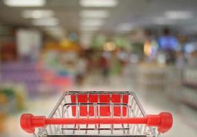 Einkaufswagen im Supermarkt foto