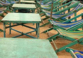 Liegestühle und Tische