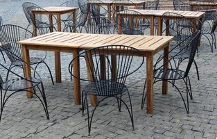 Holztische und Stühle draußen