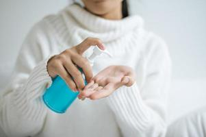 junge Frau mit Handwaschgel