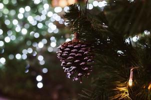 Tannenzapfenverzierung auf einem Weihnachtsbaum