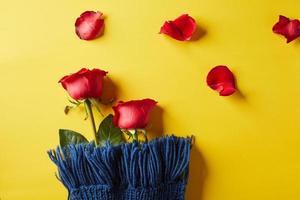 rote Rosen auf gelbem Hintergrund foto