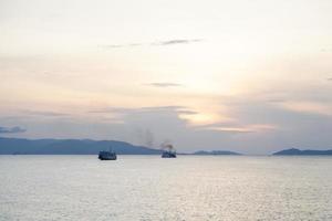 Schiffe auf dem Meer bei Sonnenuntergang foto