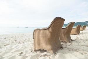 Stühle am Strand in Thailand foto