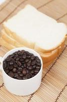 Brot und Tasse mit Kaffeebohnen foto