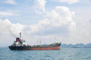 großes Frachtschiff auf dem Meer