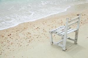 weißer Holzstuhl am Meer