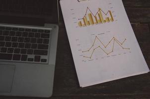 Laptop und Grafik auf einem Schreibtisch