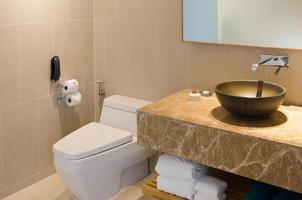 Waschbecken und Toilettenschüssel in einem Hotelbad