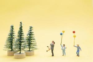 Miniaturfiguren einer Familie, die Weihnachten feiert