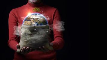 Frau hält Tasche mit Erde darin foto