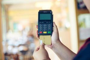 Person, die Kreditmaschine benutzt