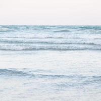 Meereswellen krachen am Strand