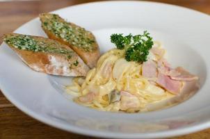 Spaghetti Carbonara mit Knoblauchbrot