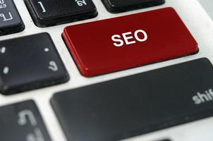 SEO-Taste auf einer Tastatur foto