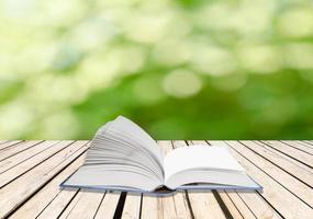 offenes Buch auf einem Holzdeck foto