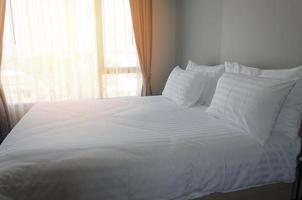 weißes Bett in einem Hotel gemacht