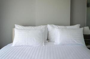 weiße Kissen auf dem Hotelbett