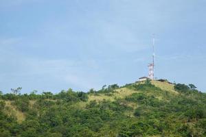 Telekommunikationsantenne auf dem Hügel foto